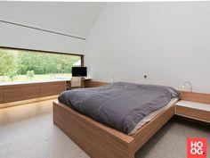 Slaapkamer inrichting met bed op maat   slaapkamer ideeën   bedroom ideas   master bedroom   Hoog.design