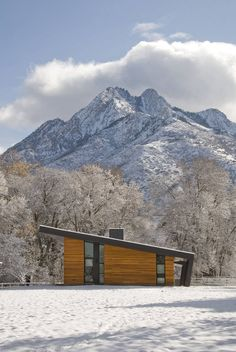 Pasture Project by Imbue Design. Tour this incredible modern home in Utah situated on a pristine pasture with an inspiring view of Mount Olympus as a backdrop. Bungalow, Architecture Résidentielle, Installation Architecture, Scandinavian Architecture, Sustainable Architecture, Shed Roof, Bauhaus, Cabana, Places To Visit