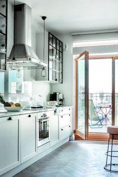 Kuchnia z oknem balkonowym