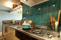 キッチン自体は普通のシステムキッチンですが、タイル壁でオンリーワンの佇まいに。