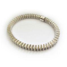 De muizentrap armband is gemaakt met behulp van de vouwtechniek die wordt gebruikt bij het maken van muizentrappetjes. Door 2 lange stroken zilver in elkaar te vouwen ontstaat dit bijzondere patroon in zilver.