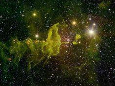 Uma nebulosa conhecida como The Spider (a aranha em tradução literal) é a protagonista desta foto. Localizada a cerca de 10 mil anos-luz da Terra ela é um local de formação de novas estrelas. Essa imagem foi capturada pelo telescópio Spitzer da @NASA e nela é possível ver nuvens de gás e poeira interestelar onde as estrelas podem se formar.  À direita da imagem contra o fundo negro do espaço se vê um dos maiores aglomerados de estrelas jovens formadas na The Spider. Elas são chamadas de…