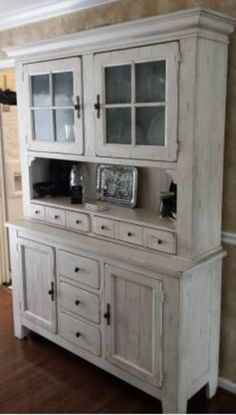 Broyhill Attic Heirlooms China Hutch In Eggshell Color ❤️