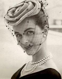 [O uso da rendinha tapando o rosto - anos 50 -  Moda Feminina