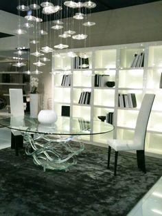 Sala da pranzo bianco e nera con design minimalista e libreria a vista
