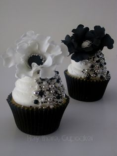 We don't often think about black when we think of cupcakes but this gallery of gorgeous cups may change your mind and make them first! Black cupcakes with white contrast are a favorite formal weddi. Cupcakes Bonitos, Cupcakes Lindos, Cupcakes Flores, Flower Cupcakes, Strawberry Cupcakes, Pretty Cupcakes, Beautiful Cupcakes, Yummy Cupcakes, Elegant Cupcakes
