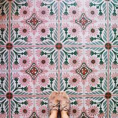 Ter inspiratie hebben wij de mooiste vloeren met tegels voor je op een rij gezet. Van kleurrijke, Marokkaanse tegels tot de klassieke zwart-wit variant.