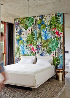 schlafzimmer gestalten exotische elemente tapete florales muster teppich