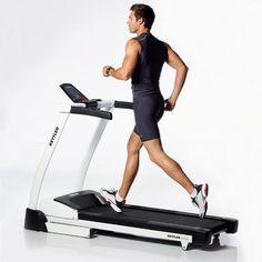 Bieganie na bieżni jest mniej efektywne. Zróżnicowany teren, podbiegi i zbiegi sprawiają, że bieganie po parku jest lepszym treningiem od biegania na bieżni w siłowni. Większa różnorodność terenu i warunków atmosferycznych powoduje, że podczas biegu na świeżym powietrzu nasze tętno jest bardziej zróżnicowane, więc spalamy więcej kalorii w tym samym czasie. Istnieją jednak wady takiego treningu – jest on przez to znacznie trudniejszy. #bieganie #trening #bieżnia ##dobiegania ##strójsportowy