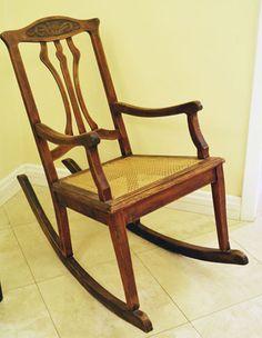 Cadeira de balanço antiga, agora renovada (voltando ao seu estado original).