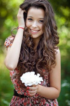 I love this hair style, I need to master wavy/curly hair!