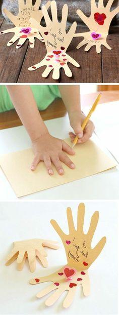 carte-des-fetes-des-meres-pour-les-plus-petits-enfants-deux-paumes-de-papier-avec-scripts