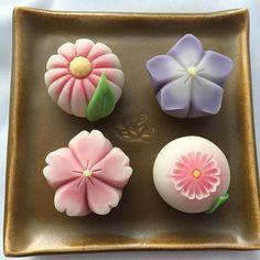 練切製 「蓮葉」 The lotus flower should match with the lotus leaf. Japanese Snacks, Japanese Sweets, Japanese Food, Wagashi Recipe, Mochi Cake, Japanese Wagashi, Kawaii Dessert, Food Obsession, Dessert Decoration