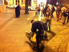 """Fecha: 17/5/11. Hora: 05.25. Tuit original: """"#acampadaSol #spanishrevolution la policía trata d desalojar a los manifestantes que gritan no a la violencia""""."""