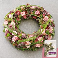 Roses, always with matching companions such as grasses, tendrils and leaves behind … – flowers – Wreaths Funeral Flower Arrangements, Funeral Flowers, Funeral Sprays, Funeral Planning, Beautiful Flowers Wallpapers, Flower Wallpaper, Floral Design, Floral Wreath, Bloom
