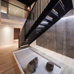 """Dans l'arrondissement de Saint-Laurent à Montréal, l'Atelier d'architecture Moderno vient de livrer la """"Résidence Nguyen"""", une maison familiale rythmée par un escalier de métal créé sur mesure."""