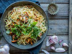 Pasta med hvitløkstekte kantareller, parmesan og chili | Godt.no Food N, Good Food, Yummy Food, Parmesan, Risotto, Chili, Spaghetti, Healthy Recipes, Yummy Recipes