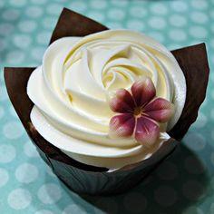 Se gosta de chocolate branco, então esta cobertura é ideal para si! Confira esta receita bem simples :) #receitas #sobremesas #ganache #chocolate