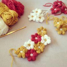 モリーの花(mollie flowers)はぷっくり可愛いかぎ針編みのお花。いくつも編んで繋げてみたら、まるでお花畑のよう!アレンジもしやすくて編みやすいモリーの花、お部屋に咲かせてみませんか? Crochet Buttons, Knit Or Crochet, Crochet Motif, Crochet Crafts, Crochet Baby, Crochet Projects, Crochet Flower Patterns, Crochet Designs, Crochet Flowers