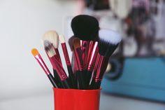 Dicas para organizar suas maquiagens de maneira simples e prática, segundo @depoisdosquinze