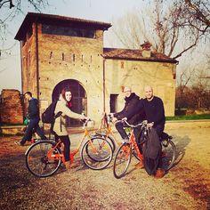 Recorriendo Ferrara en bici - Instagram by @MolaViajar