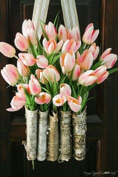 God, I love tulips. This is STUNNING! Learn to create a DIY tulip wreath with this full tutorial. It is easy and only takes 10 minutes! Diy Spring Wreath, Spring Door Wreaths, Diy Wreath, Wreath Ideas, Deco Floral, Arte Floral, Tulip Wreath, Floral Wreath, Ikebana