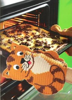Cat potholders: crochet and Templates A potholder with cat motif: This original oven gloves you can easily crochet with our guide and the counting pattern itself. Crochet Kitchen, Crochet Home, Knit Or Crochet, Crochet Crafts, Crochet Projects, Crochet Potholders, Crochet Motifs, Crochet Doilies, Crochet Patterns