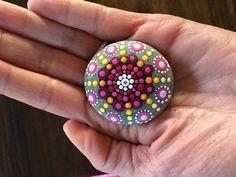 Ich verkaufe diesen wunderschönen, handbemalten Happy Mandala-Stein in den Farben pink, rot, orange, gelb, weiß. Der Naturstein von der dänischen Nordseeküste wurde von mir mit Acrylfarben in...