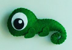I would like to do a felt iguana but more like pascal from Tangled Felt Crafts Diy, Felt Diy, Fabric Crafts, Crafts For Kids, Sewing Toys, Sewing Crafts, Sewing Projects, Animal Templates, Felt Patterns