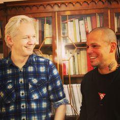 René Pérez, vocalista de Calle 13 visitó al fundador de WikiLeaks Julian Assange, quien se encuentra asilado en la embajada de Ecuador en Londres desde hace casi un año, para invitarlo a componer y cantar en una canción sobre la libertad de expresión. Foto: Calle 13