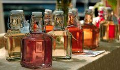 Wij hebben meerdere kruidenazijnen gemaakt. Met rode wijnazijn, witte wijnazijn. met rode basilicum enz. De kruidenazijnen hebben we bewaard in leuke flesjes met beugelsluiting.