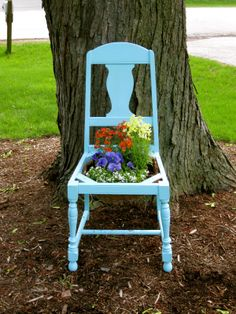 White Woods Vintage: The Chair Planter Antique High Chairs, Old Chairs, Outdoor Chairs, Dining Chairs, Chair Planter, Beach Chair With Canopy, Garden Chairs, White Wood, Ladder Decor