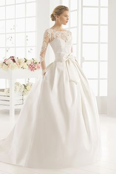 Wedding gown by Aire Barcelona.