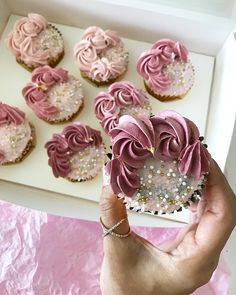 I really love how these bridal shower cupcakes turned out! I really love how these bridal shower cupcakes turned out! Cupcakes Design, Cake Designs, Cupcakes Bonitos, Cupcakes Lindos, Pretty Cupcakes, Beautiful Cupcakes, Pink Cupcakes, Buttercream Cupcakes, Buttercream Flowers