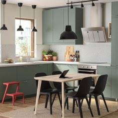 Gray-green kitchen with environmentally friendly material - IKEA This trendy decor model, which generates warm Kitchen Buffet, Kitchen Time, Kitchen Shelves, New Kitchen, Kitchen Dining, Kitchen Decor, Kitchen Ideas, Kitchen Trends, Kitchen Cabinets