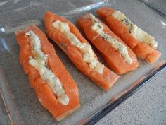 Gorgonzolafylld lax med vitvinsås – Made By Rebecka Recipe For Mom, Fish And Seafood, Hot Dog Buns, Something Sweet, Great Recipes, Food And Drink, Veggies, Lunch, Cooking