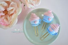 Clip Cupcake na caneca - Cogumelo de E.V.A Polymer Clay Creations, Polymer Clay Crafts, Hand Lettering Tutorial, Pasta Flexible, Cold Porcelain, Paper Clip, Book Making, Resin Art, Diy Crafts To Sell