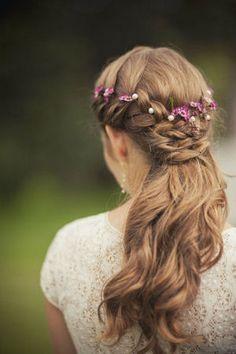 パールと花を編み込んだハーフアップヘア