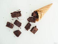 Vegaaninen brownie suklaasattumilla, vegaaninen lemon curd, kookoskinuski