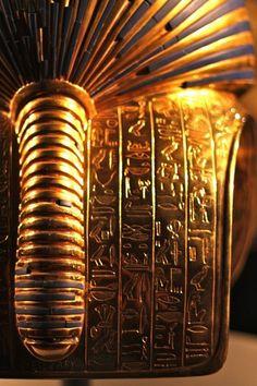 Hiéroglyphes égyptiens inscrits à l'arrière du masque funéraire en or du…