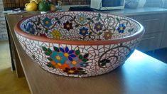 Bacia cerâmica decorada interna e externamente em mosaico com pastilhas de vidro medindo 60x20 cm com peso de 23 kg. Entregamos na região de Jundiaí/SP ou alguma estação do metrô de São Paulo. Mosaic Planters, Mosaic Vase, Mosaic Flower Pots, Mirror Mosaic, Mosaic Diy, Mosaic Garden, Mosaic Tiles, Mosaics, Gaudi Mosaic