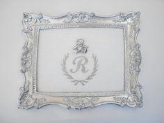 Quadro 28x22 Brasão com inicial bordado no linho branco Ursinho R$185,00