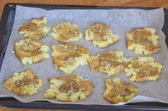 Knuste kartofler med hvidløg rosmaring og parmesan Parmesan, Good Food, Chips, Meat, Chicken, Blog, Handmade, Potato Chip, Craft