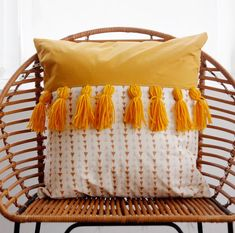 tones tassels pillow + 50 DIY pillows to jazz up your decorTwo tones tassels pillow + 50 DIY pillows to jazz up your decor So cute! yarn fringe pillow DIY (click through for tutorial) Slide View: Varied Tassel Pillow Gemma Fringed Round Throw Pillow Diy Throws, Diy Throw Pillows, How To Make Pillows, Decorative Pillows, Decor Pillows, Burlap Pillows, Accent Pillows, Diy Cushion, Cushion Covers