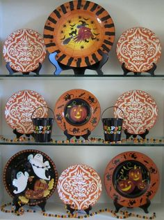 Cute Halloween plate display using wood plate easels. Great way to change up your decor seasonally using plate stands! Halloween Dishes, Halloween Kitchen, Halloween Displays, Halloween Town, Cute Halloween, Holidays Halloween, Vintage Halloween, Halloween Crafts, Halloween Decorations