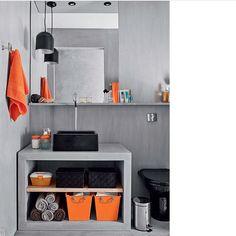Bom dia com cimento queimado!!! Banheiro em tom de cinza, preto e laranja, moderninho, né? Adorei!! #ahlaemcasa #cimentoqueimado #banheiro #tomdelaranja #cubadeapoio