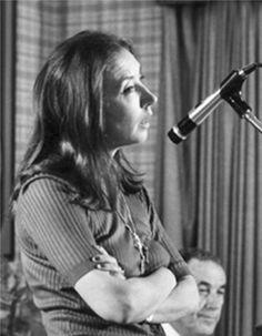 Durante una lecture alla Harvard School of Law nel 1982 - Foto - Oriana Fallaci -  (Firenze, 29 giugno 1929 – Firenze, 15 settembre 2006) è stata una scrittrice, giornalista e attivista italiana. Fu la prima donna in Italia ad andare al fronte in qualità di inviata speciale.