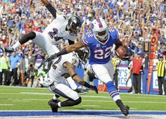 Best of NFL Week 4 | Bills Fred Jackson, Ravens Jimmy Smith, Ravens Corey Graham | Buffalo Bills running back Fred Jackson (R) runs into the end zone for a touchdown past Baltimore Ravens cornerback Corey Graham (L) and Jimmy Smith during the second quarter of their NFL football game in Orchard Park, New York September 29, 2013. REUTERS/Don Heupel (UNITED STATES - Tags: SPORT FOOTBALL)