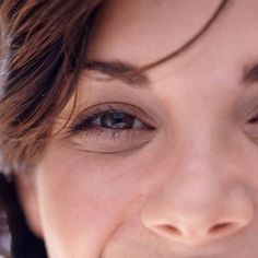 Tränensäcke und stark ausgeprägte Augenringe sind für viele Frauen ein No-Go. Wir verraten, ob und wie man sie wieder loswird, welche Ursachen sie haben und welches Make-up ratsam ist.