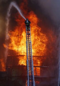 S.F. firefighters battle a five-alarm inferno at a six-story apartment building under c0nstruction in the Mission Bay neighborhood. Crews were able to save other structures nearby. Photo: Michael Macor, The Chronicle